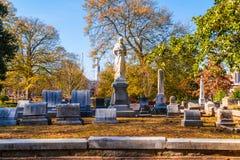 Grupp av gravstenar och skulptur på den Oakland kyrkogården, Atlanta, USA Arkivfoton