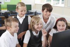 Grupp av grundskolaelever i datorgrupp Royaltyfri Fotografi