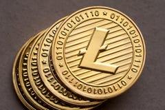 Grupp av guld- litecoinmynt, närbild royaltyfri foto
