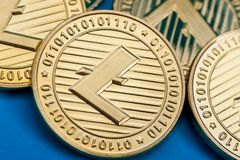 Grupp av guld- litecoinmynt, närbild arkivfoton