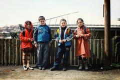 grupp av gulliga skolaungar som förutom väntar grupp för att starta dagen arkivfoton