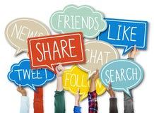 Grupp av händer som rymmer anförandebubblan med sociala frågebegrepp Arkivbilder