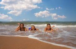 Grupp av härlig tonårig flicka tre på stranden Royaltyfri Bild