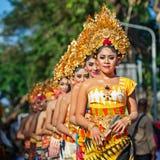 Grupp av härliga Balinesekvinnadansare i traditionella dräkter Arkivbilder