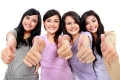 Grupp av härliga kvinnor med tum upp Royaltyfri Fotografi