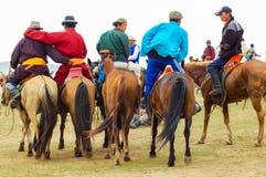 Grupp av hästryggåskådare, Nadaam hästkapplöpning royaltyfria bilder