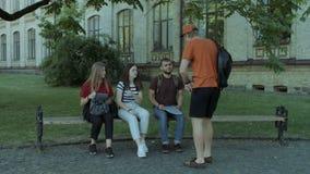 Grupp av högskolavänner som rusar till studien arkivfilmer