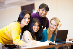 Grupp av högskolestudenter royaltyfria bilder