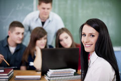 Grupp av högskolestudenter som använder bärbar dator Arkivfoton