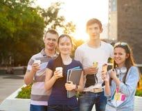 Grupp av högskolestudenter under en broms mellan grupper Fotografering för Bildbyråer