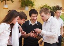 Grupp av högskolestudenter under en broms mellan grupper Royaltyfri Fotografi