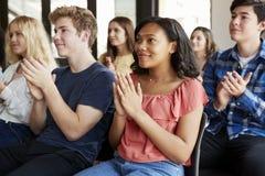 Grupp av högstadiumstudenter som applåderar presentation royaltyfria bilder