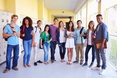 Grupp av högstadiumstudenter som står i korridor arkivfoton