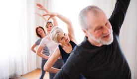Grupp av högt folk som gör övning i allaktivitetshusklubba royaltyfri foto