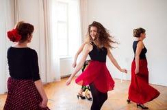 Grupp av h?gt folk, i att dansa grupp med dansl?raren fotografering för bildbyråer
