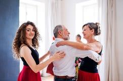 Grupp av h?gt folk, i att dansa grupp med dansl?raren arkivfoton