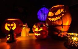 Grupp av halloween pumpor på den mörka bakgrunden, mörkt landskap Fotografering för Bildbyråer