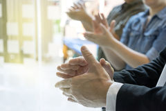 Grupp av handen för applåd för känsel för affärsman den lyckliga royaltyfria bilder