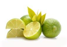 Grupp av hela och för snitt nya limefrukter med sidor Royaltyfri Fotografi