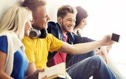 Grupp av hipsters som tar en selfie i skolan Royaltyfria Foton