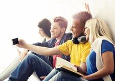 Grupp av hipsters som tar en selfie på ett avbrott Arkivfoton