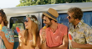 Grupp av hipstervänner som äter glass lager videofilmer