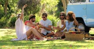 Grupp av hipstervänner som tillsammans sitter och har gyckel stock video