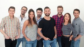Grupp av idérik ungdom som tillsammans står arkivfoton