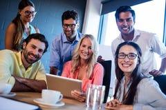 Grupp av idérika affärsmän som använder en minnestavladator Royaltyfria Bilder