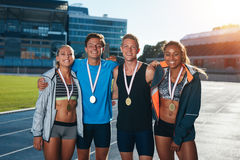 Grupp av idrottsman nen med medaljer Royaltyfria Bilder