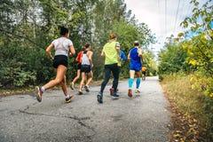 Grupp av idrottsman nenlöpare som kör maraton Arkivbild