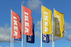 Grupp av IKEA flaggor mot himmel Royaltyfri Foto