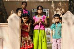 Grupp av indiska fattiga ungar med modern som ser kameran 11 februari 2018 Puttaparthi, Indien Arkivbild