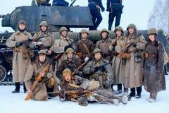 Grupp av infanteri för röd armé nära behållaren T-34-85 Arkivbilder