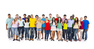 Grupp av internationella ungdomar på vit bakgrund Arkivbild