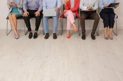 Grupp av intervjun för ungdomarden väntande på jobb arkivfoton