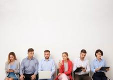 Grupp av intervjun för ungdomarden väntande på jobb arkivbild