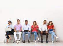 Grupp av intervjun för ungdomarden väntande på jobb arkivbilder