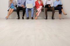 Grupp av intervjun för ungdomarden väntande på jobb arkivfoto