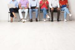 Grupp av intervjun för ungdomarden väntande på jobb royaltyfri foto
