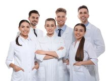 Grupp av isolerade medicinska doktorer silhouettes det bl?a begreppsfolket f?r bakgrund skyenhet royaltyfria foton