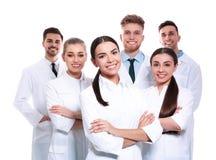 Grupp av isolerade medicinska doktorer silhouettes det bl?a begreppsfolket f?r bakgrund skyenhet royaltyfri foto