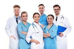 Grupp av isolerade medicinska doktorer silhouettes det bl?a begreppsfolket f?r bakgrund skyenhet fotografering för bildbyråer