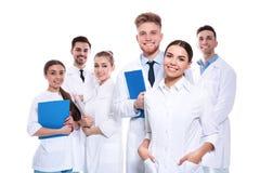 Grupp av isolerade medicinska doktorer silhouettes det bl?a begreppsfolket f?r bakgrund skyenhet arkivfoton