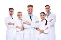 Grupp av isolerade medicinska doktorer silhouettes det bl?a begreppsfolket f?r bakgrund skyenhet royaltyfri bild