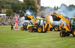 Grupp av JCB-traktorer på Chatsworth mässa, en uthärda en Union Jack flagga arkivfoton