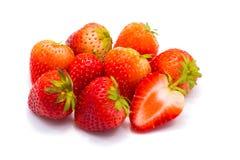 Grupp av jordgubbar som isoleras på vit bakgrund arkivbild