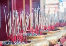 Grupp av josspinnen i den guld- krukan på den kinesiska templet Royaltyfri Fotografi
