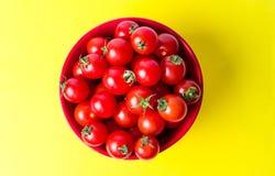 Grupp av körsbärsröda tomater i en bunke Arkivfoton