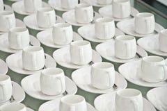 Grupp av kaffekoppar Töm koppar för kaffe Många rader av den vita koppen för tjänste- te eller kaffe i frukost på bufféhändelsen  Arkivfoton